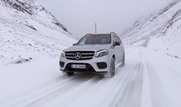 Mercedes-Benz GLS на заснеженной дороге