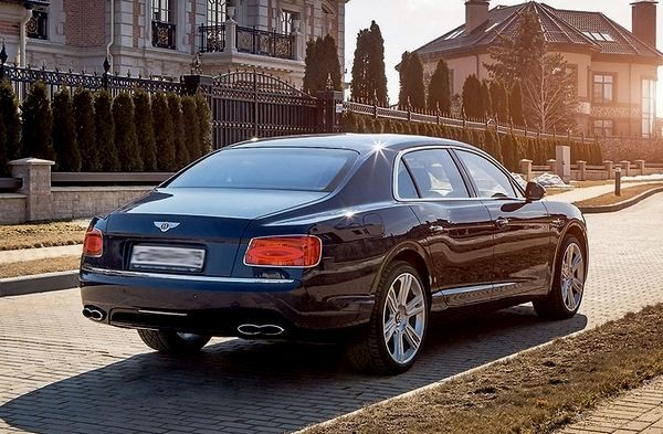 Bentley Flying Spur V8 сзади